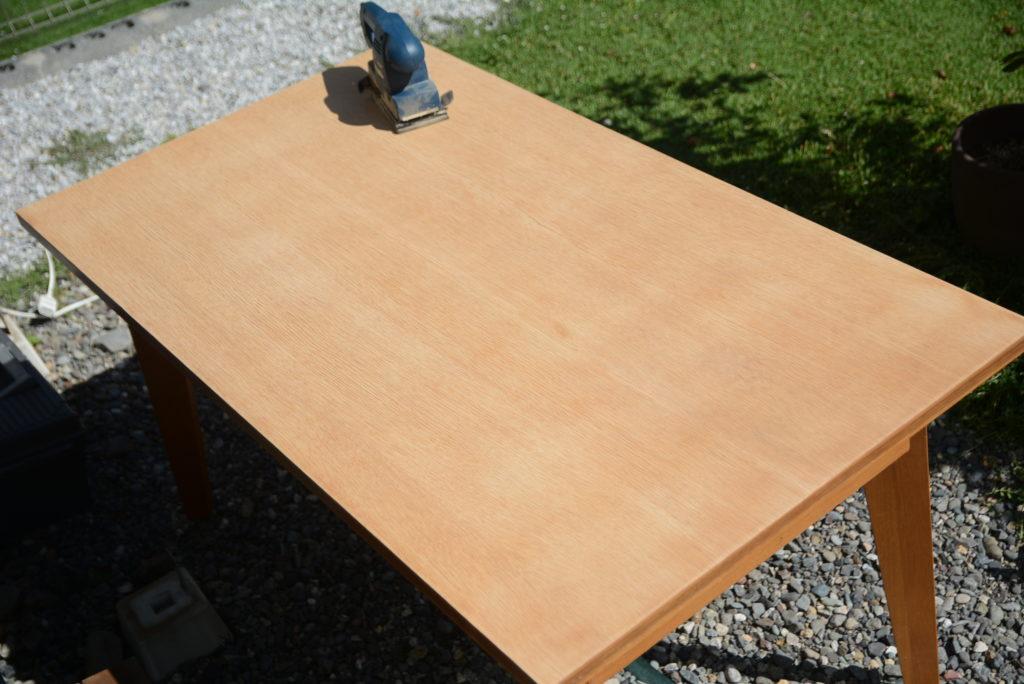 テーブルの塗装を落とした状態