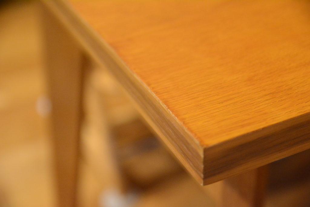 テーブルの淵に塗料